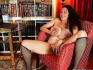 BBW milf Denise Davies gives their way puffy pussy a overrefined